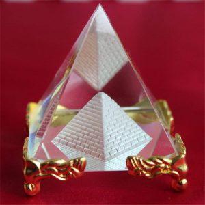 pirámide de cristal dorada